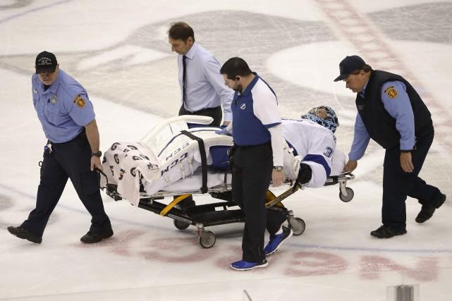 Le gardien Ben Bishop a dû être transporté... (AP)