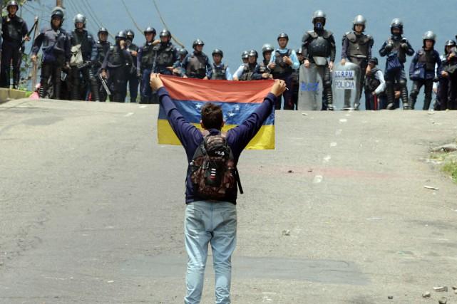 Un affrontement a opposé des activistes soutenant l'opposition... (PHOTO GEORGE CASTELLANOS, AFP)