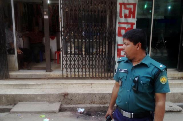 Un policier monte la garde dans une rue... (PHOTO MUNIR UZ ZAMAN, ARCHIVES AFP)