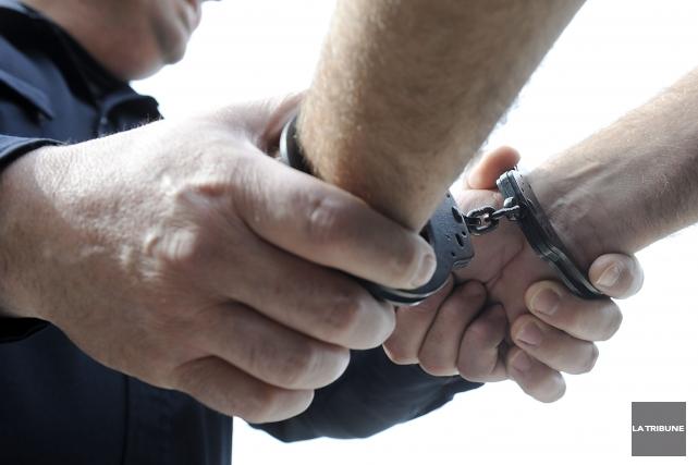 Un Sherbrookois de 15 ans a été arrêté en soirée vendredi en lien avec deux... (Archives, La Tribune)