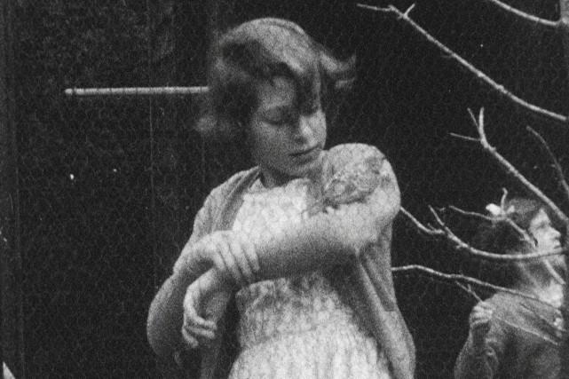 Sur une des deux photos, la princesse Élizabethregarde... (HM The Queen via AP)