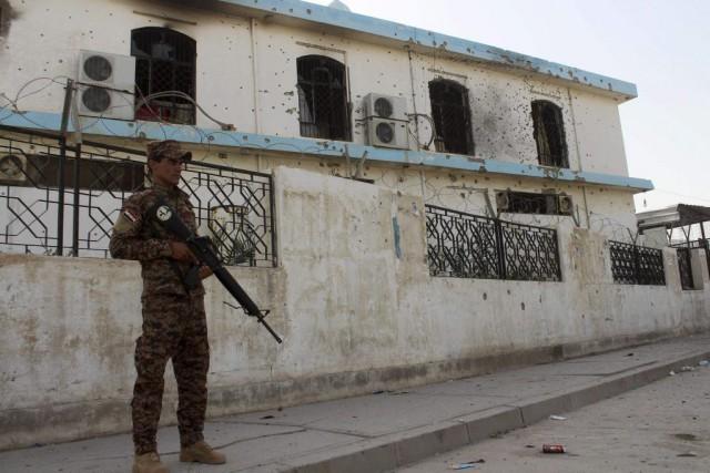 Un membre des forces de sécurité gouvernementales sécurisent... (Photo MOADH AL-DULAIMI, AFP)