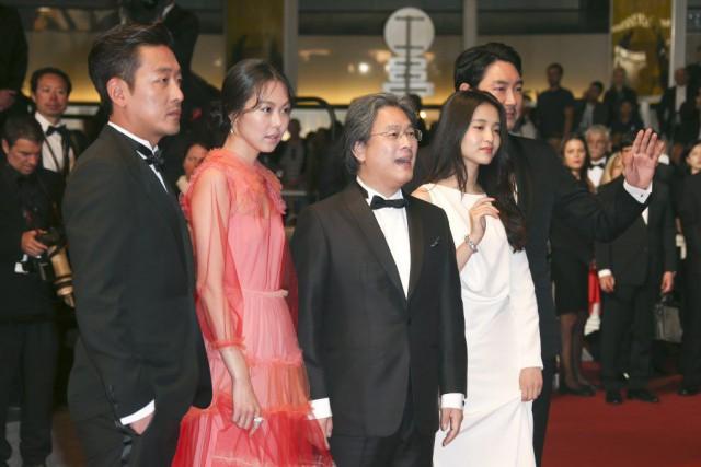 Ha Jung-Woo, Kim Min-Hee, le réalisateur Park Chan-Wook,... (Photo Joel Ryan, AP)