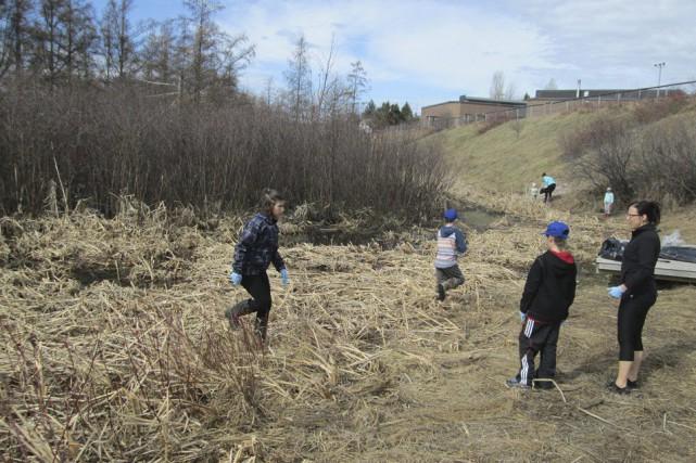 La corvée de nettoyage du marais a eu... (Photo courtoisie)