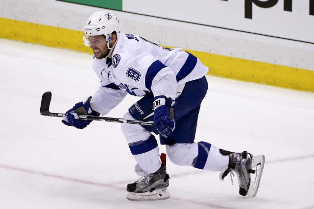 Le joueur de centre du Lightning, Tyler Johnson,... (Associated Press)
