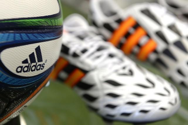 Adidas va rester un partenaire privilégié de la FIFA malgré les accusations de... (PHOTO CHRISTOF STACHE, ARCHIVES AGENCE FRANCE-PRESSE)