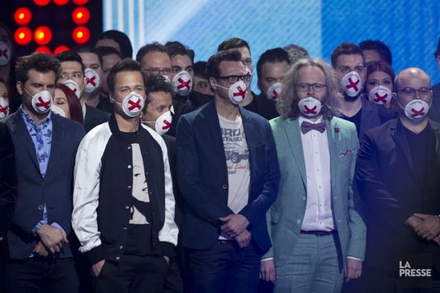 Une cinquantaine d'humoristes portant un masque de protection... (La Presse, Olivier Jean)
