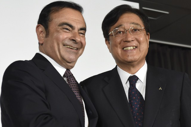 Le pdg de Nissan, Carlos Ghosn, serre la... (AFP, Toshifumi Kitamura)
