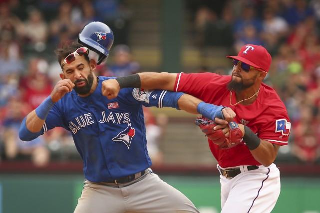 Jose Bautista et le deuxième-but des Rangers, Rougned... (Photo AP)