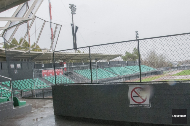 En raison de l'état du terrain du stade... (Photo Le Quotidien, Michel Tremblay)