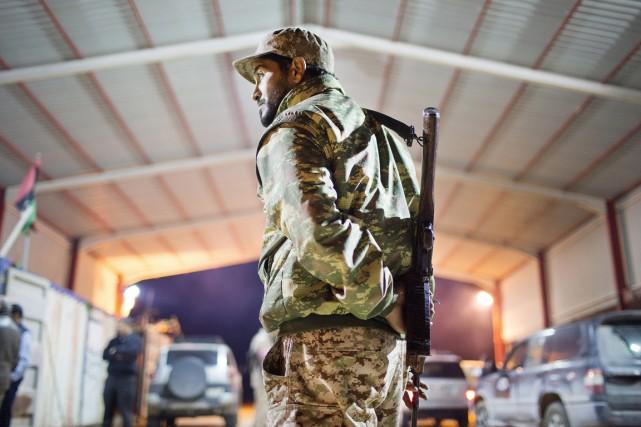 Un soldat libyen monte la garde à l'entrée... (PHOTO MOHAMED BEN KHALIFA, ARCHIVES AP)