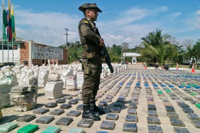 La cocaïne était empaquetée dans 359 sacs de... (PHOTO POLICE COLOMBIENNE/AFP)