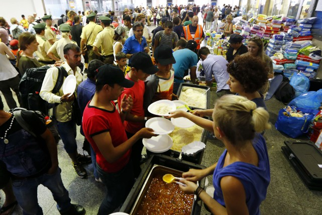 L'an dernier, des bénévoles allemands servaient des repas... (AP, Matthias Schrader)
