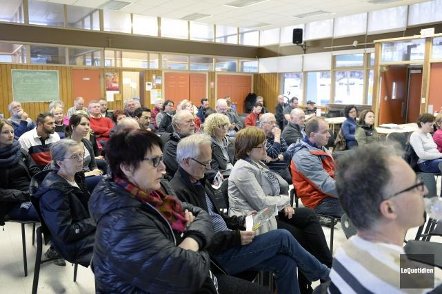 Une cinquantaine de personnes ont assisté à l'assemblée... (Photo Le Quotidien, Jeannot Lévesque)