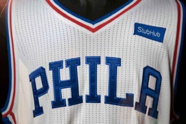 Les chandails des 76ers de Philadelphie seront ornés... (Photo fournie par les 76ersde Philadelphie)