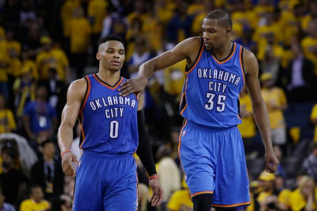 Russell Westbrook etKevin Durant ont inscrit 27 et... (Photo Marcio Jose Sanchez, AP)