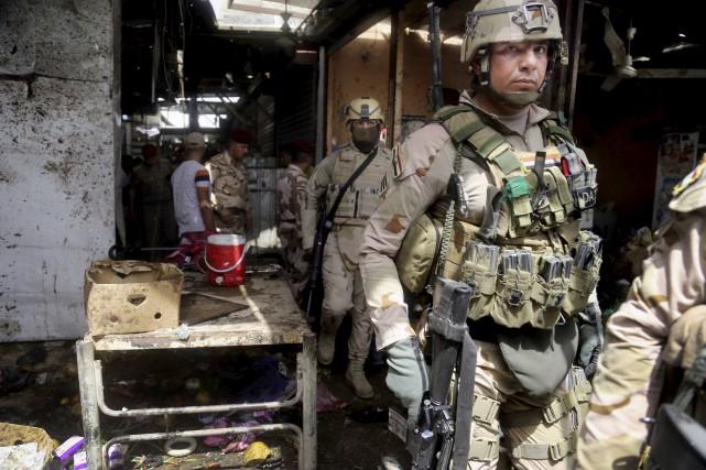 Les forces de sécurité ont inspecté la scène... (Associated Press, Khalid Mohammed)