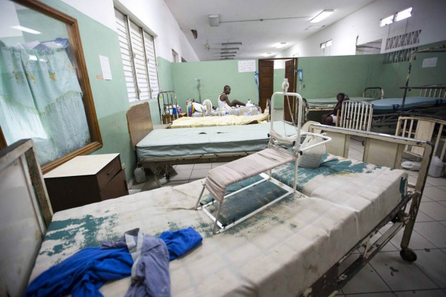 Un patient est assis sur son lit à... (PHOTO FIEU NALIO CHERY, ARCHIVES AP)