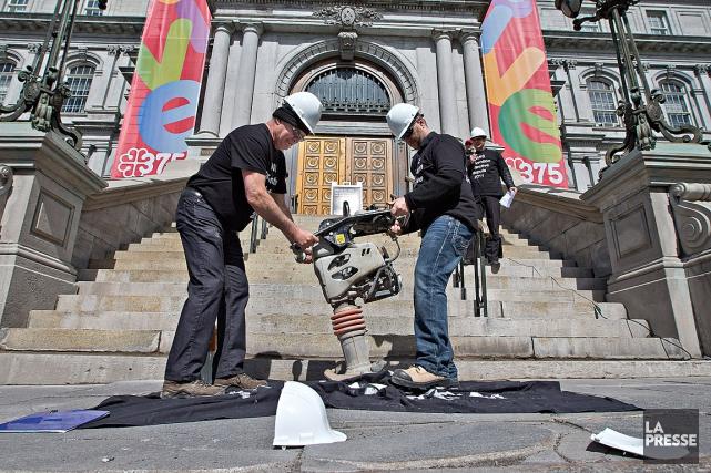 Les ingénieurs ont convergé vers l'hôtel de ville... (Photo Patrick Sanfaçon, La Presse)