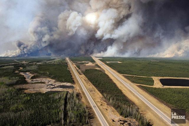 Les vents puissants ont alimenté l'incendie de forêt... (Photo MCPL VanPutten, Forces armées canadiennes, via Reuters)