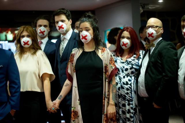 Les humoristes s'étaient recouvert le visage d'un masque... (PHOTO OLIVIER JEAN, ARCHIVES LA PRESSE)