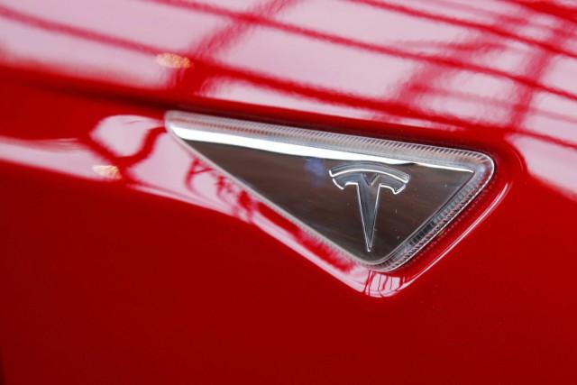 L'écusson Tesla d'un Modèle S.... (Photo archives Reuters)