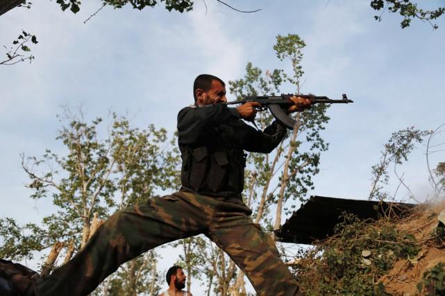 Un combattant du groupe islamiste Faylaq al-Rahmane participe... (PHOTO ABDULMONAM EASSA, ARCHIVES AFP)