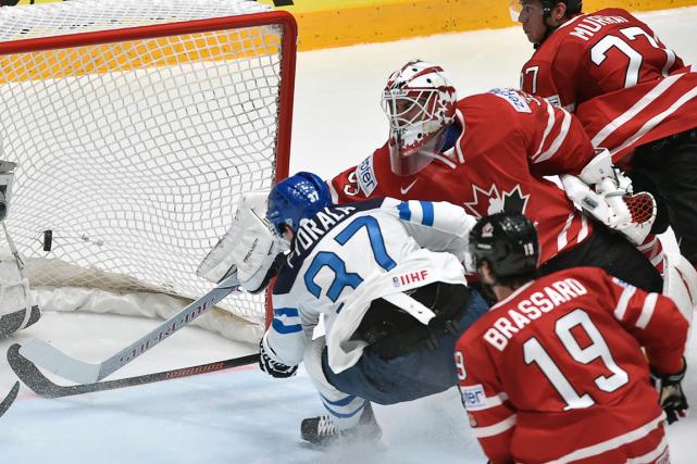 L'attaquant finlandais Mika Pyorala a déjoué le gardien... (Photo Alexander Nemenov, AFP)
