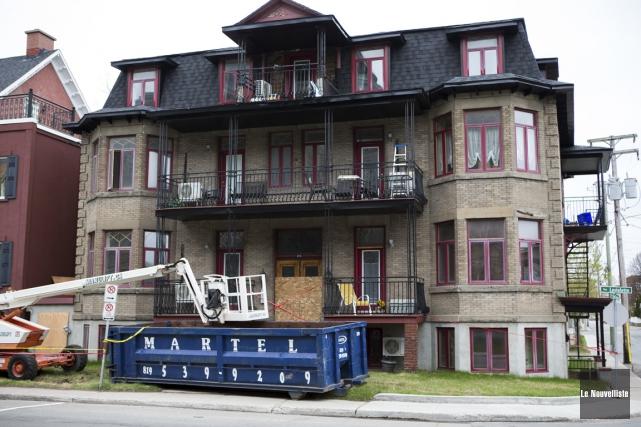 Les locataires de cet immeuble devront encore patienter... (Olivier Croteau, Le Nouvelliste)