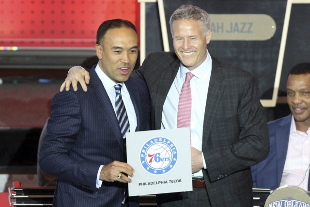 Le commissaire adjoint de la NBA, Mark Tatum, et l'entraîneur chef... (PHOTO REUTERS)