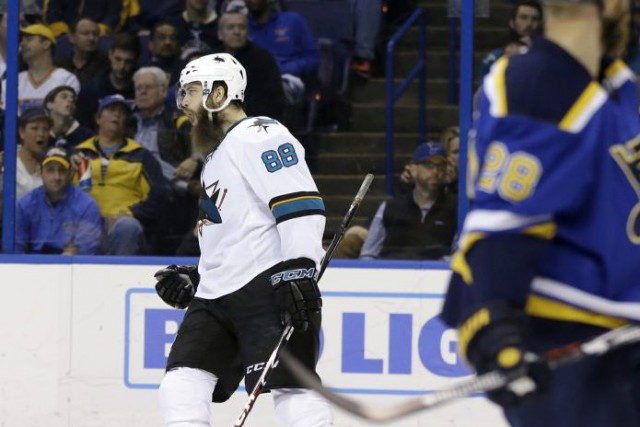 Le défenseur Brent Burns a touché la cible... (Jeff Roberson, Associated Press)