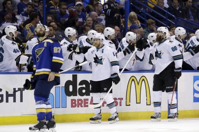 Les Sharks célèbrent après le premier but du... (Associated Press)