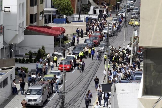 Les gens sont sortis dans la rue dans... (PHOTO KEVIN GRANJA, REUTERS)