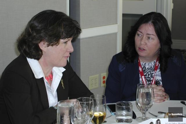 Stéphanie Miner en conversation avec la mairesse de... (Guy Veillette, Le Nouvelliste)