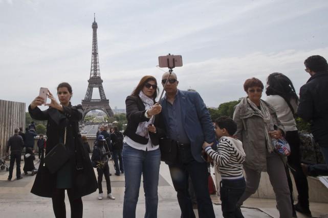 Des touristes prennent des selfies sur la Place... (AP, Michel Euler)