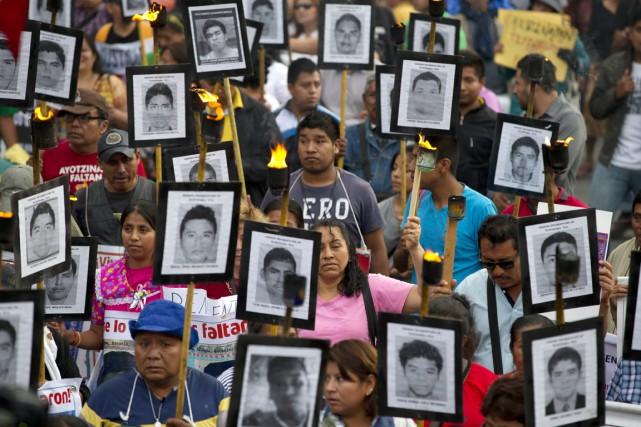 Des proches des 43 étudiants et des militants... (PHOTO REBECCA BLACKWELL, ARCHIVES AP)