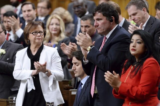 Justin Trudeau (assis, au centre) a de nouveau... (La Presse Canadienne, Adrian Wyld)