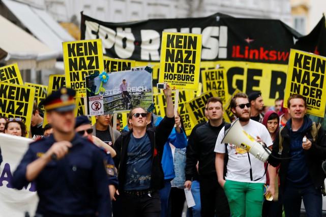 Des militants manifestent contre le parti d'extrême droiteFPÖ,... (PHOTO LEONHARD FOEGER, REUTERS)