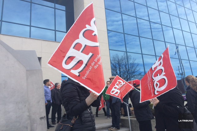 Les professionnels du gouvernement du Québec ont érigé des piquets de grève... (La Tribune, René-Charles Quirion)
