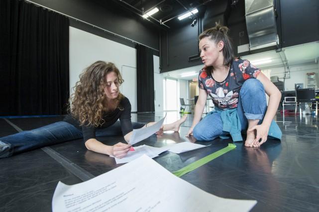 Alex-Ann Bouchard et Élise Legrand prépare une prestation... (Spectre Média, Julien Chamberland)