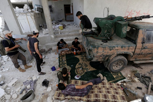 Des combattants rebelles de Jaysh al-Sunna, se reposent... (Photo Khalil Ashawi, Reuters)