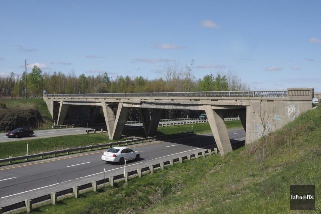 Le pont de la rue Saint-Charles Sud qui... (Alain Dion, La Voix de l'Est)