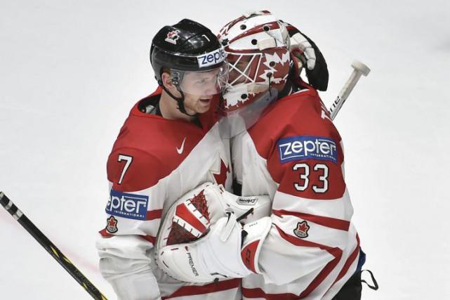 Le gardien du Canada, Cam Talbot, félicité ici... (AFP, Alexander Nemenov)