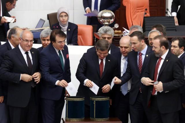 Le premier ministre Ahmet Davutoglu enregistre son vote... (PHOTO BURBAN OZBILICI, AP)