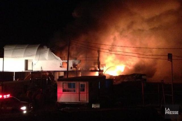 Le feu a ravagé un bâtiment de l'écocentre... (Fil Twitter du Service de protection contre l'incendie de Québec)