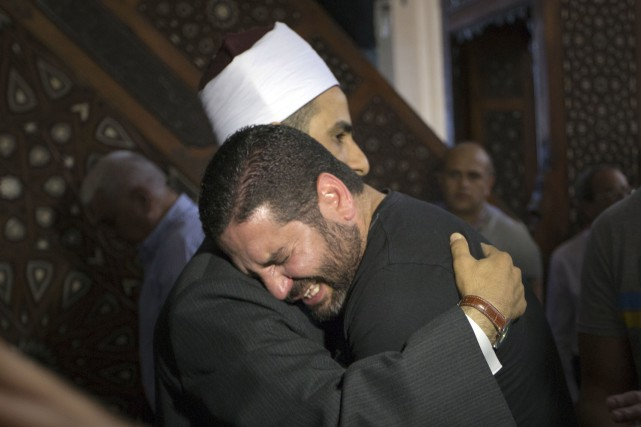 L'imam Samir Abdel Bary offre ses condoléances au... (Associated Press, Amr Nabil)