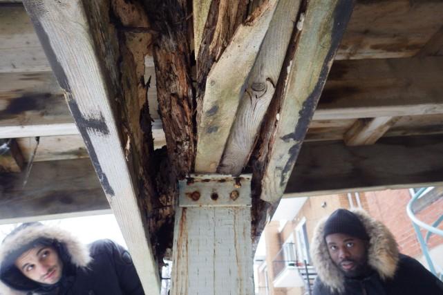 La détérioration de la structure de cette terrasse... (PHOTO ANDRÉ DUMONT, COLLABORATION SPÉCIALE)
