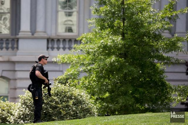 Un agent des services secets dans les jardins... (Photo Andrew Harnik, AP)