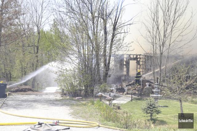 Un violent incendie a détruit vendredi une maison... (Janick Marois, La Voix de l'Est)