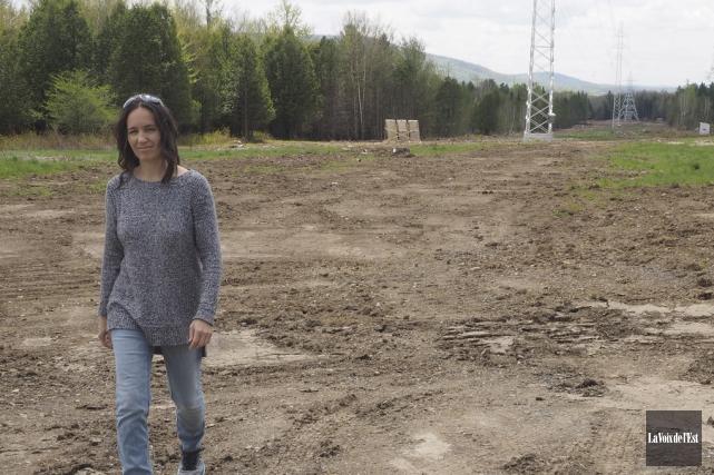 Sylvie Adam près d'un pylône d'Hydro-Québec sur sa... (Alain Dion, La Voix de l'Est)